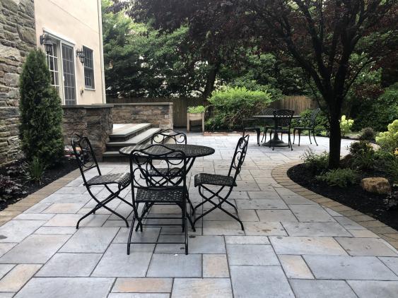 A stunnig Bryn Mawr, PA patio using Techo bloc Inca with Techo-Bloc Hera Border.
